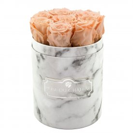 Čajové věčné růže v malém bílém mramorovém flowerboxu