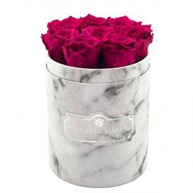 Růžové věčné růže v malém bílém mramorovém flowerboxu