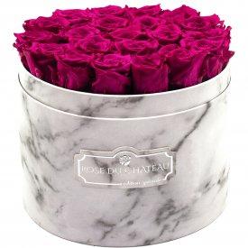 Růžové věčné růže ve velkém bílém mramorovém flowerboxu