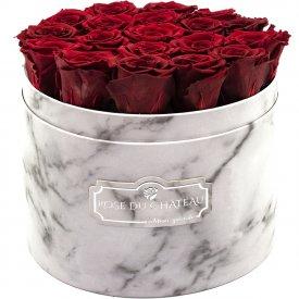 Červené věčné růže ve velkém bílém mramorovém flowerboxu