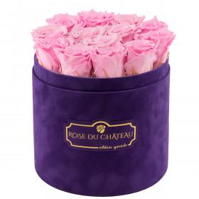 Světle růžové věčné růže ve fialovém semišovém flowerboxu
