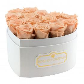 Teefarbene ewige rosen in weißer herz box